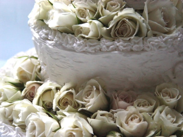 The wedding cake with white roses - tangledpasta.net