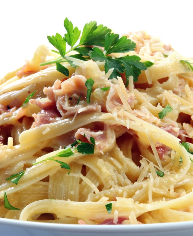 Pasta Carbonara is a classic Italian quick dinner to put together.-www.tangledpasta.net